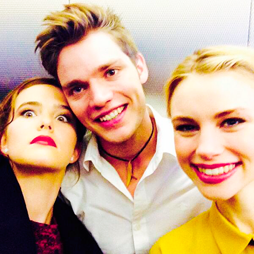 The Vampire Academy Blood Sisters fond d'écran with a portrait titled VA cast at NY comic con