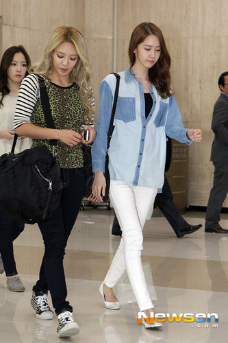Im yoonA fond d'écran with a business suit and a well dressed person entitled Yoona Airport