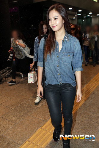 Girl's Generation/SNSD wallpaper containing a pantleg, long trousers, and a hip boot titled Yuri Airport