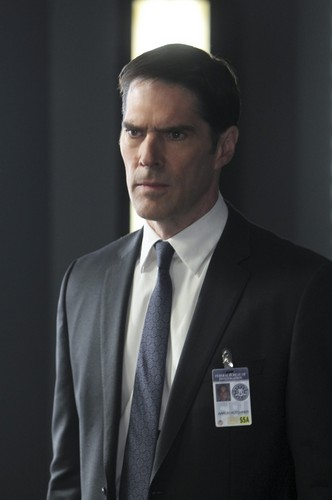 SSA Aaron Hotchner پیپر وال containing a business suit, a suit, and a double breasted suit titled Aaron Hotchner