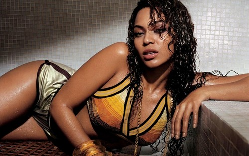 Beyonce پیپر وال probably with a hot tub, attractiveness, and a swimsuit کا, سومساٹ entitled Beyonce in the bathroom