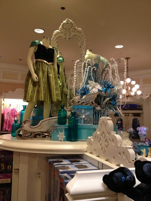 Холодное сердце display at the Emporium in WDW