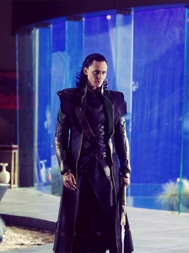 Loki (Thor 2011) fondo de pantalla probably with a trench coat, an overgarment, and a well dressed person called Loki - behind the scenes
