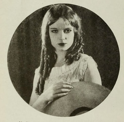 Louise Brooks Обои possibly containing a portrait titled Louise Brooks as Mary Pickford
