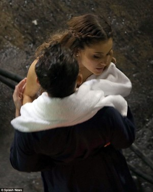 Nathan and Ariana cuddeling on the set of the wanted's new video show me 사랑