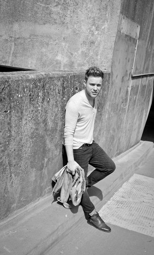 Olly Murs karatasi la kupamba ukuta with a sign entitled Olly Murs for Interview Magazine