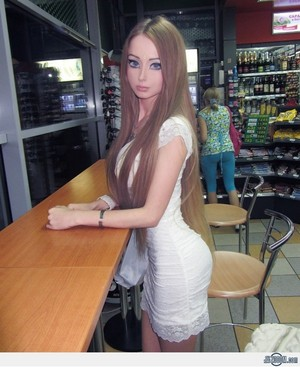 Real Life Girl who looks like バービー (Valeria Luckyanova from Ukraine) No photoshop または wax statue