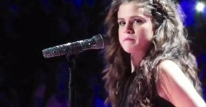 Selena crying during Cinta Will Remember
