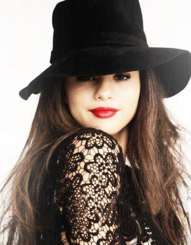 Selena Gomez Hintergrund containing a fedora, a boater, and a snap brim hat entitled Selena's so cute