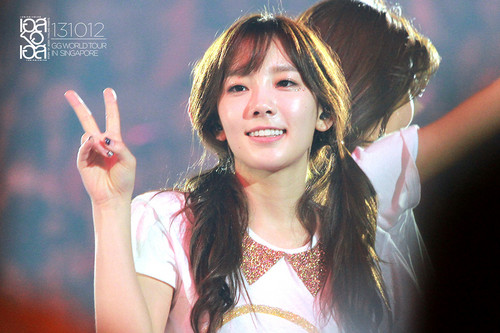taeyeon (snsd) wallpaper probably with a portrait called Taeyeon konser