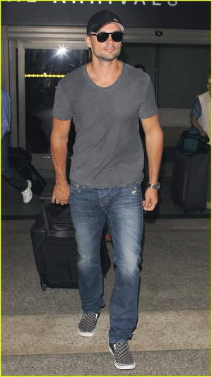 Tom Welling Lands in Los Angeles After Venice Film Festival