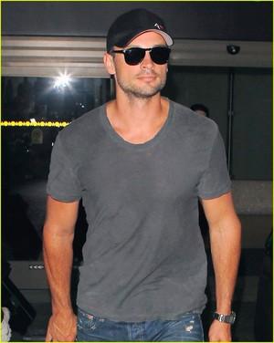 Tom Welling Lands in Los Angeles After Venice Film Festival