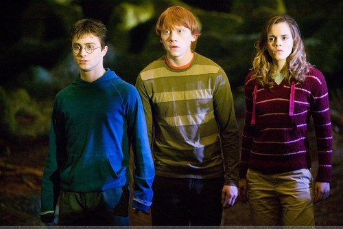 Harry Potter फिल्में वॉलपेपर probably containing a sign, a workwear, and a jersey called <33
