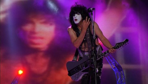 Paul Stanley wallpaper containing a concerto called ★ Paul ☆...On stage in Chiba, Giappone ~ October 2013