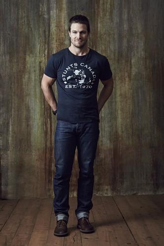 অনুষ্ঠান- অ্যারো দেওয়ালপত্র probably with long trousers, bellbottom trousers, and a pantleg titled অনুষ্ঠান- অ্যারো - Season 2 Comic-Con Photoshoot