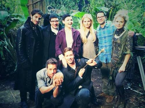 Colin O'Donoghue and the cast of OUAT ಇ