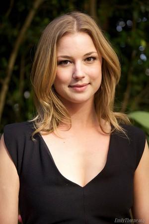 Emily VanCamp: 'Revenge' TV Junket em LA!