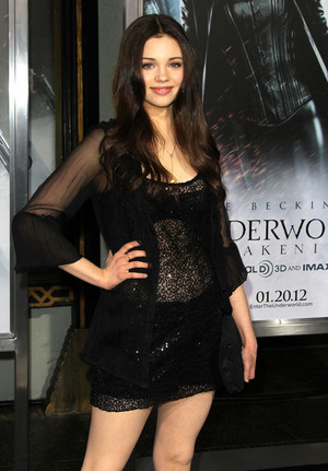India Eisley Thế giới ngầm Awakening premiere in LA