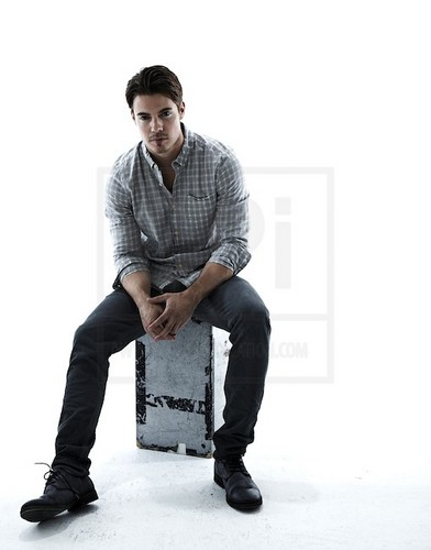 Josh Henderson wallpaper possibly with an outerwear, a well dressed person, calças, and calças compridas entitled Josh Henderson ಇ
