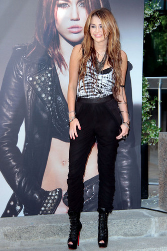 Miley Cyrus wallpaper containing a well dressed person, a business suit, and a hip boot entitled Miley ♥