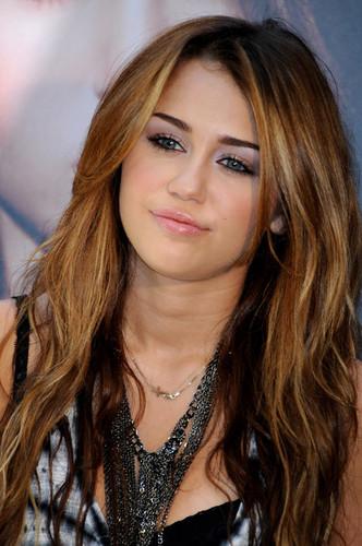 Miley Cyrus karatasi la kupamba ukuta containing a portrait called Miley ♥