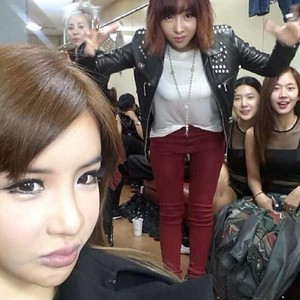 """Bom's Instagram Update: """"with ma sis& friends♥~~~♡♥"""" (131029)"""