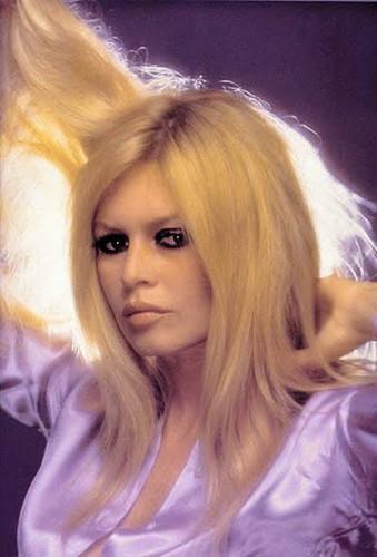 Brigitte Bardot karatasi la kupamba ukuta with a portrait entitled Brigitte