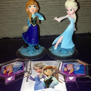 Anna and Elsa Disney Infinity Figures