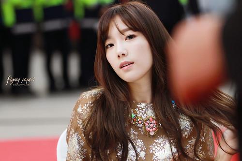 Kim Taeyeon karatasi la kupamba ukuta possibly with a portrait entitled Lotte Fansign-Taeyeon