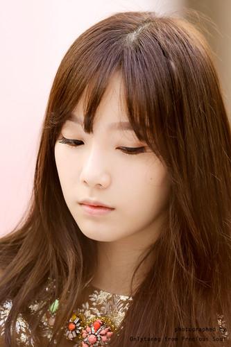 তাইয়েওন (এসএনএসডি) দেওয়ালপত্র with a portrait entitled Lotte Fansign-Taeyeon