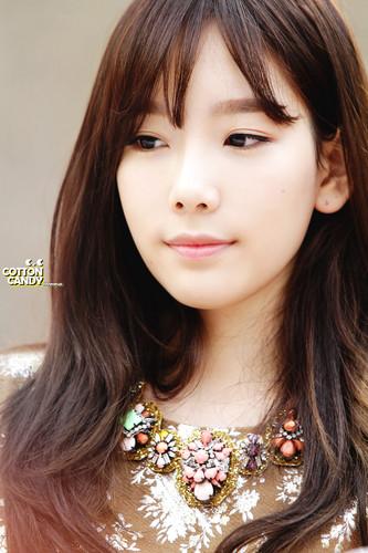 তাইয়েওন (এসএনএসডি) দেওয়ালপত্র probably with a portrait titled Lotte Fansign-Taeyeon