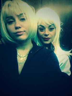 Miley shows her new short blonde wig