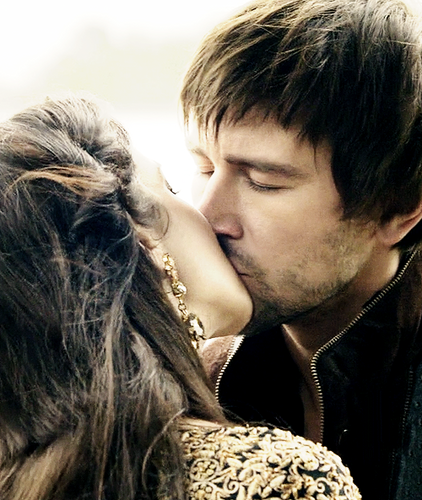 Reign [TV Show] hình nền entitled Reign Bash and Mary Kiss
