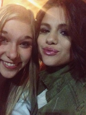 [MORE] Selena meets fans after her concert - November 9