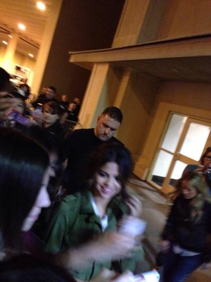 [MORE] Selena meets fans after her konsiyerto - November 9