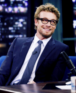 Laisalves8 Обои with a business suit, a suit, and a three piece suit called Simon Baker at Jimmy Fallon's