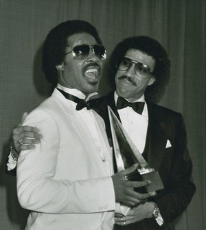 Stevie And Lionel Richie Backstage At The American muziki Awards