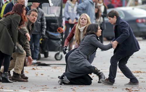 Regina et Emma fond d'écran with a business suit and a rue called Swan-Mills Family