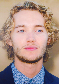 Toby Regbo fondo de pantalla possibly containing a business suit and a portrait called Toby Regbo