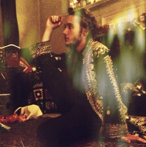 Toby Regbo fondo de pantalla possibly containing a barbecue, a fountain, and an abattoir entitled Twitter fotos