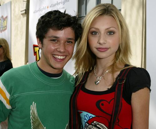 Aly & AJ fond d'écran entitled Disney's Toontown Online Takes Hollywood