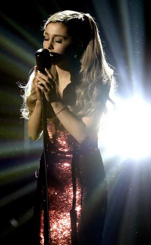 Ariana Grande - Tattooed tim, trái tim (AMAs)