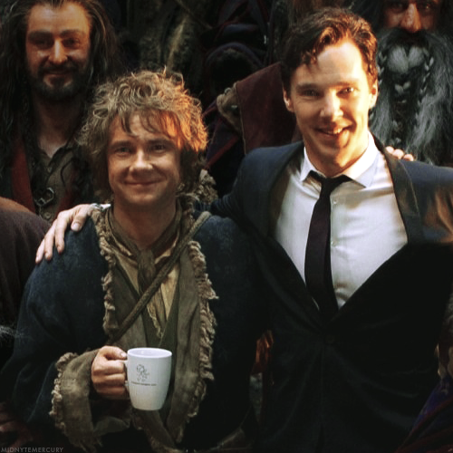 Benedict Cumberbatch kertas dinding possibly with a business suit, a green beret, and a well dressed person entitled Benedict and Martin on set of The Hobbit