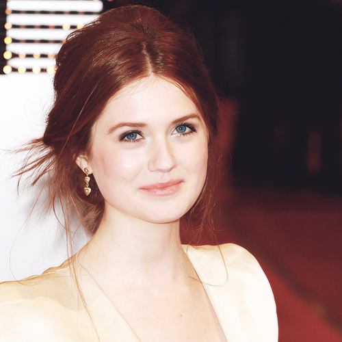 Bonnie Wright wallpaper containing a portrait entitled Bonnie Wright