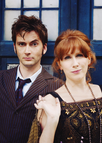 Doctor Who kertas dinding with a business suit called DoctorDonna