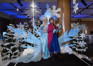Elsa and Anna at the アナと雪の女王 premiere