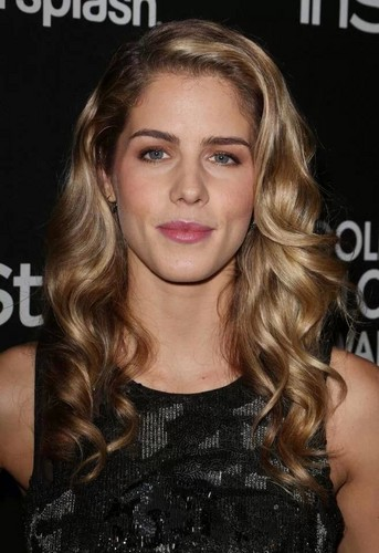 Emily Bett Rickards karatasi la kupamba ukuta containing a portrait called Emily Bett Rickards