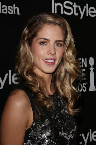 Emily Bett Rickards karatasi la kupamba ukuta with a portrait and attractiveness titled Emily Bett Rickards