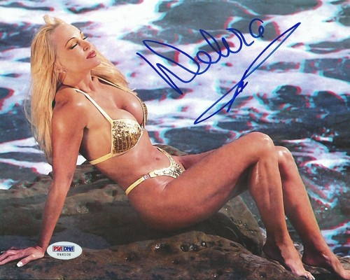 Former WWE Diva... Debra achtergrond containing a bikini called High Quality Autograph - goud Bikini