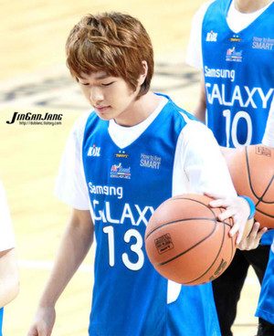 Onew-111016-Basketball-Match-shinee-26114558-500-613.jpg